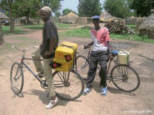 Collecteurs en bicyclette dans la région de Kolda