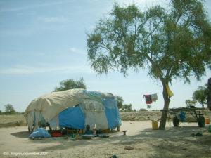 Habitat transhumant autour de Dahra : forme traditionnelle, matériaux récupérés