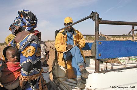 Sénégal-La filière lait, du global au local-La collecte de la Laiterie du Berger-Un collecteur note dans un cahier les quantités collectées