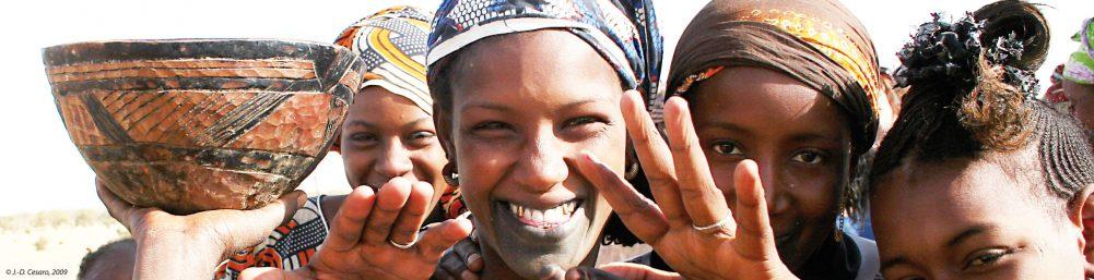 Des femmes apportant du lait à un point de collecte vers Diaglé